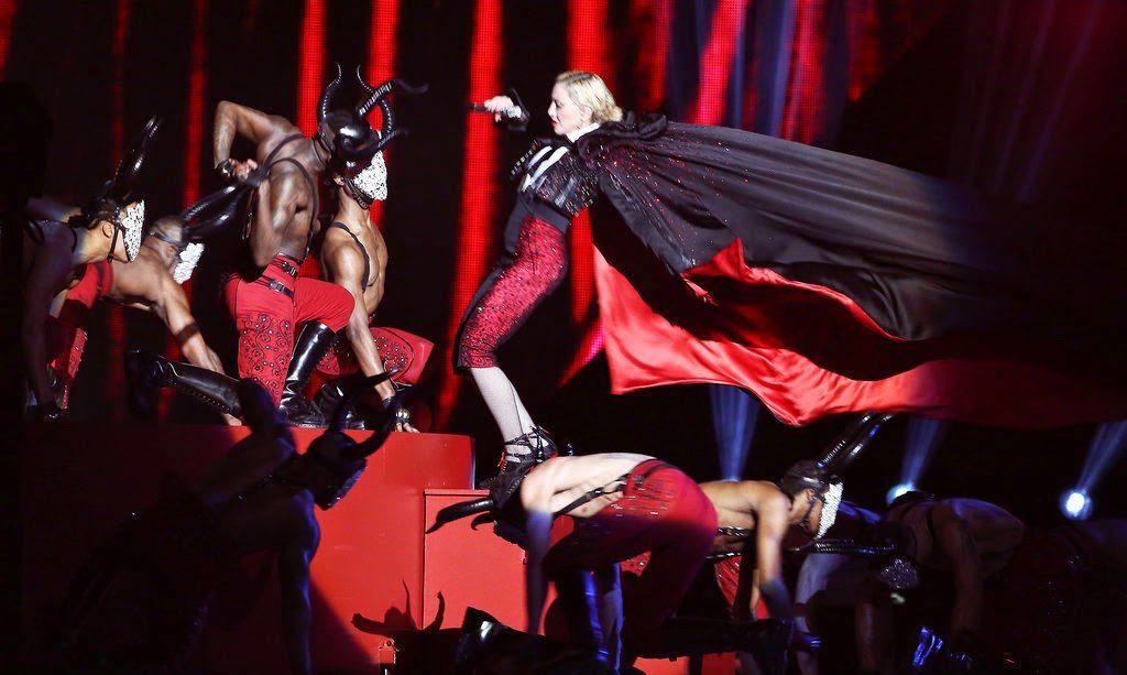 Madonna4 Falls Stage Brit Awards 2015