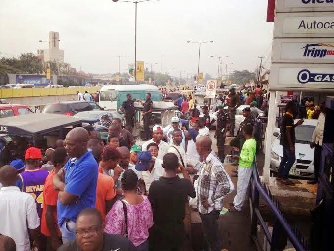 10,000 Lagosains turn up to honour Buhari
