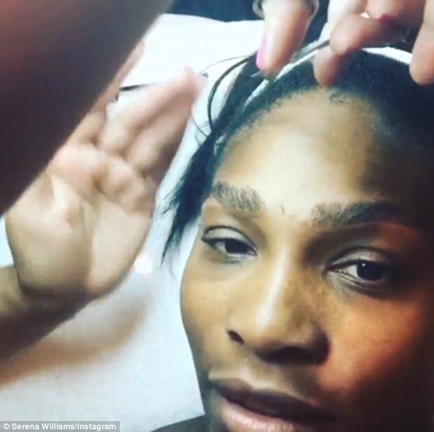 Serena Williams Shapes her eye brows