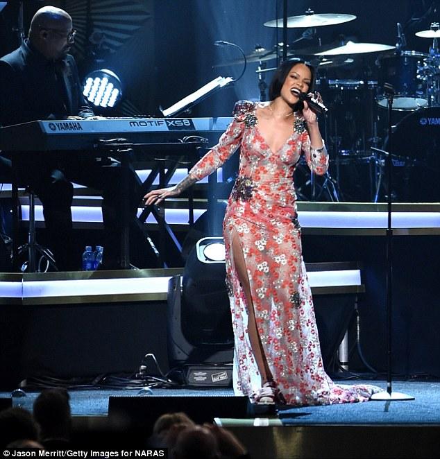 RihannaDelaysAntiWorldTourasshebattleswithtoboutwithbronchitisInfection1