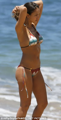Jessica Alba shows of her Sexy Body at Hawaii Beach
