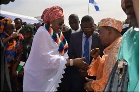 Alaafin of Oyo State Snubs Aisha Buhari's Hand Shake Greeting with a Fist Pump