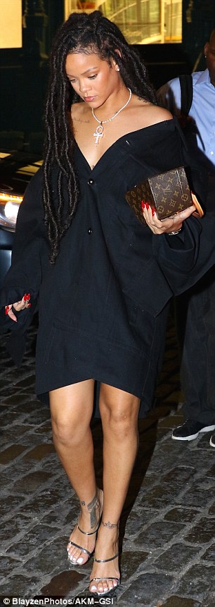 RihannaSizzlesinafunky2Cblackoversizeddressandstrappysilverheels28129