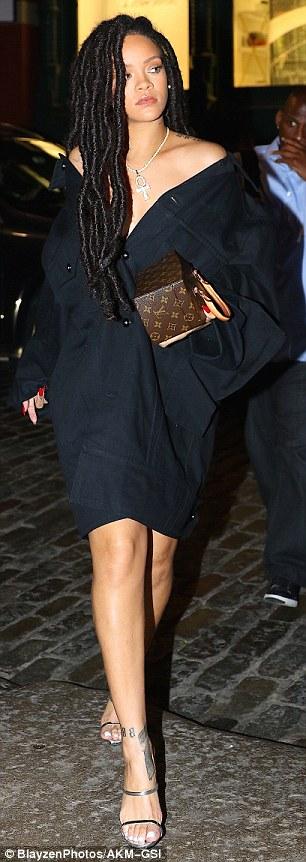 RihannaSizzlesinafunky2Cblackoversizeddressandstrappysilverheels28229
