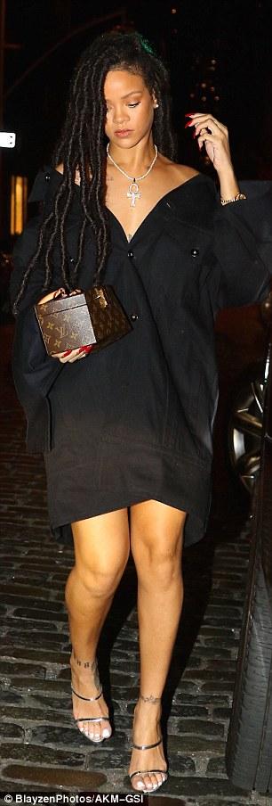 RihannaSizzlesinafunky2Cblackoversizeddressandstrappysilverheels28629