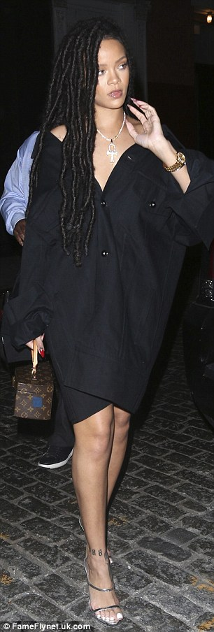 RihannaSizzlesinafunky2Cblackoversizeddressandstrappysilverheels28729