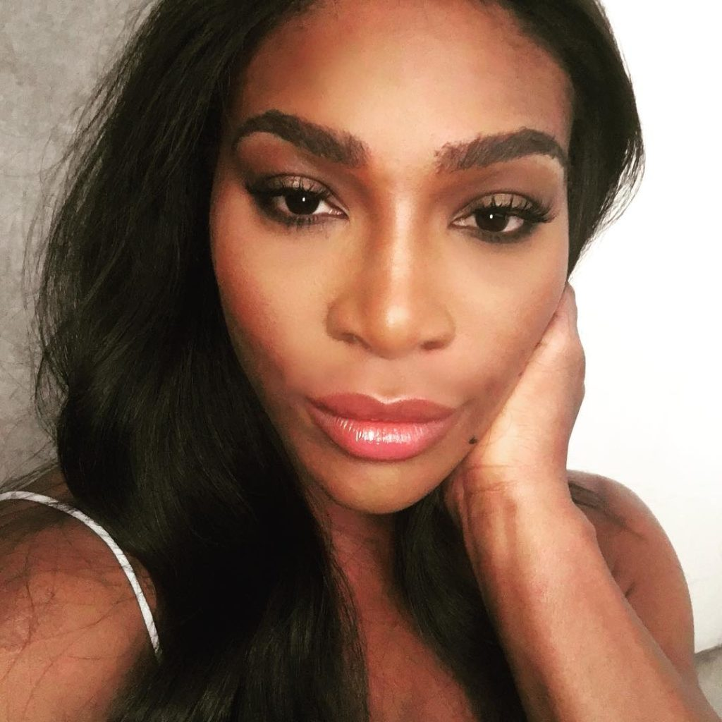 Serena Williams Sexy as she Shares a Selfie of her Light Faced Makeup