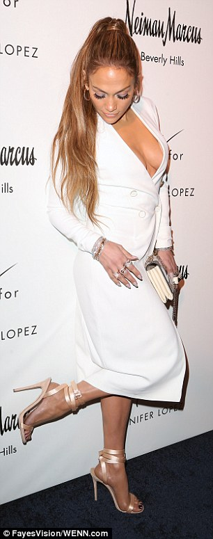 Jennifer Lopez Suffers Wardrobe Malfunction as she flashes her Boobs on the Red Carpet