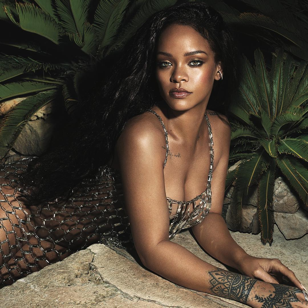 """Rihanna's gives sleek Response To Fan Who Commented On Her """"Stretch Marks"""""""