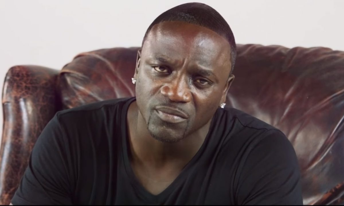 Akon caught in bed with an Instagram model who sleeps with rappers (Video)