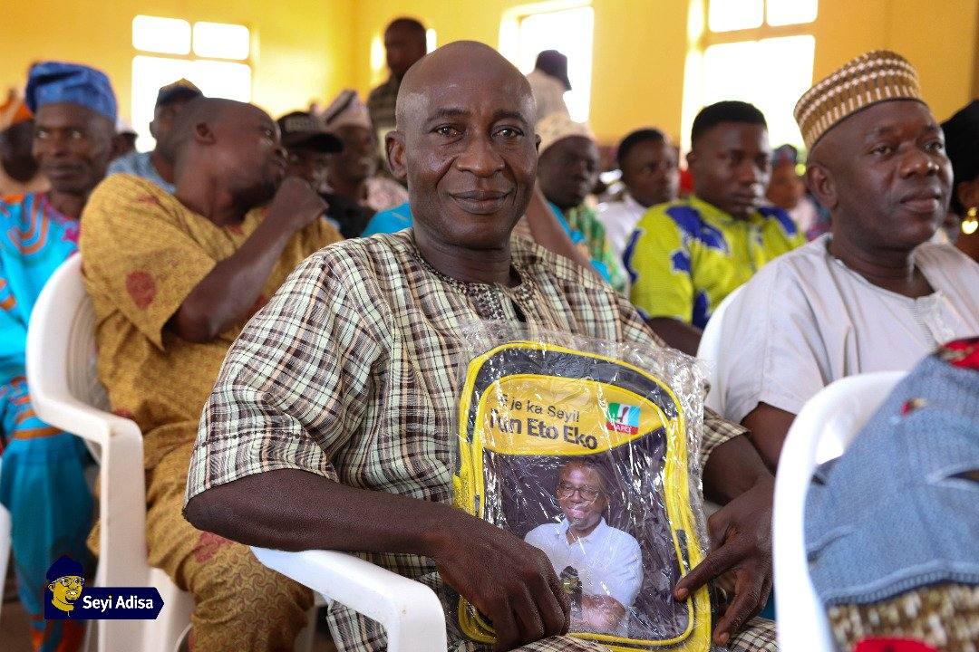 Photos from Seyi Adisa gives back to community with Back2School Program