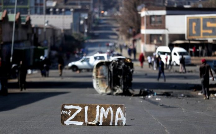 Watch Jacob Zuma's Supporters loot Shoprite, amid riot in Johannesburg (video)