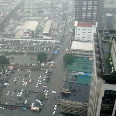Moment Expensive Cars Submerged in Water due to Heavy Rain at Marina, Lagos (video)